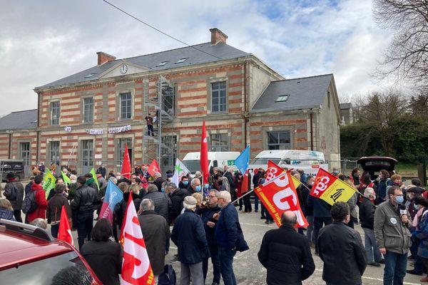 Près de 250 personnes ont manifesté mardi 16 mars devant la gare désaffectée de Pontivy pour demander la réouverture la ligne ferroviaire entre Saint-Brieuc et Auray.