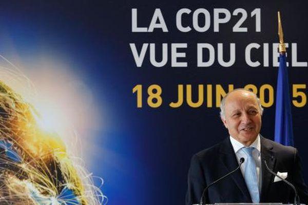 """Laurent Fabius, Ministre des Affaires étrangères et du Développement international, était présent au Bourget ce jeudi 18 juin, journée qui avait pour thématique """"la Cop 21 vue du ciel""""."""