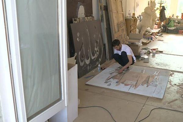 Un artiste crée une oeuvre au 109, dans les anciens abattoirs de la ville transformés en site culturel