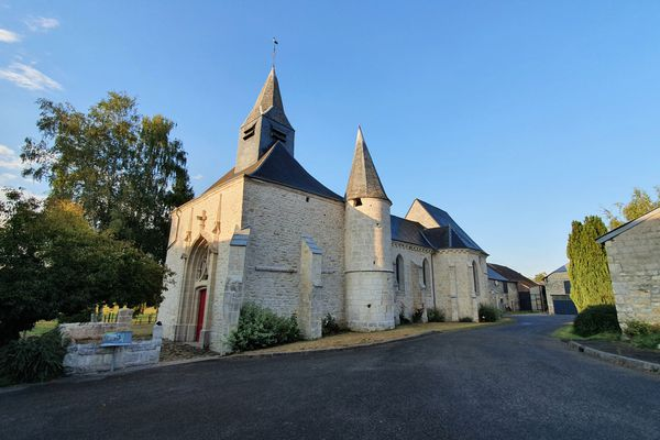 C'est sur la place de l'église fortifiée Saint-Martin, à Prez, que Stéphane donne rendez-vous à ses clients. L'occasion d'établir un premier contact
