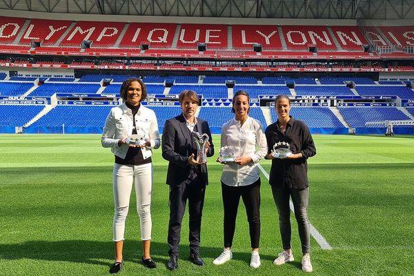 Pour la première fois, l'UEFA récompensait le football féminin pour sa saison 2019/2020. Les filles de l'Olympique Lyonnais ont raflé 4 des 5 prix décernées le 1er octobre 2020.