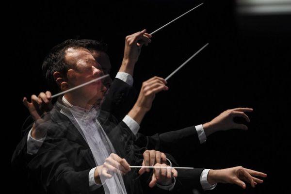 Le musicien Jordan Gudefin dirige l'orchestre national de Lyon lors du festival de Besançon, en 2017.