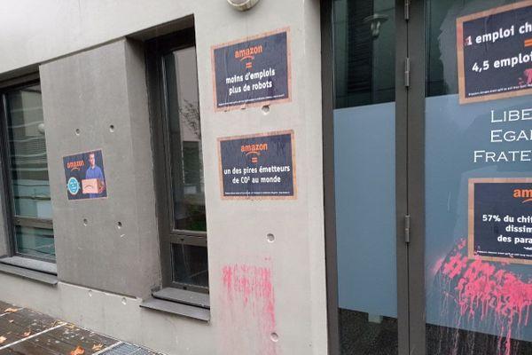 Des dégradations ont été commises sur la façade de la permanence parlementaire de Jean-Luc Fugit, à Givors, le 4 décembre 2020.