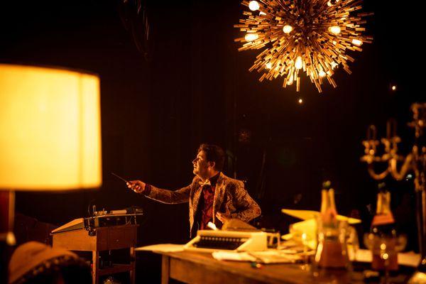 Bruno Bayeux interprète un metteur en scène dans La nuit de Madame Lucienne, première création du rouennais Thomas Jolly, en tant que directeur du Quai à Angers