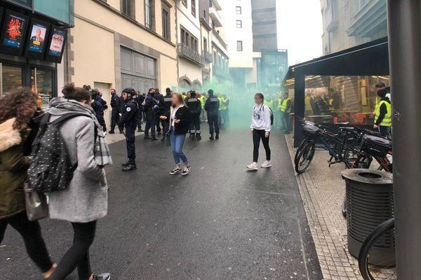 En début d'après-midi, à Clermont-Ferrand, la police a été obligée d'intervenir pour maîtriser un petit groupe de gilets jaunes.