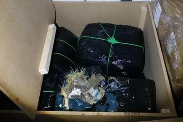 De la résine de cannabis emballée dans une des caisses du camion.