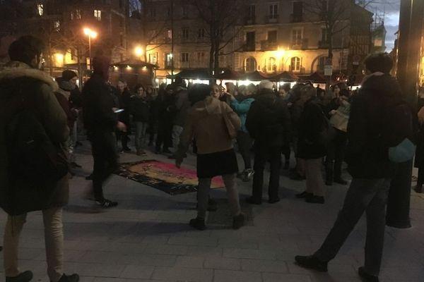 Une petite centaine d'opposants à l'aéroport Notre-Dame-des-Landes, se sont réunis de manière bon enfant, place Sainte-Anne ce 17 janvier au soir