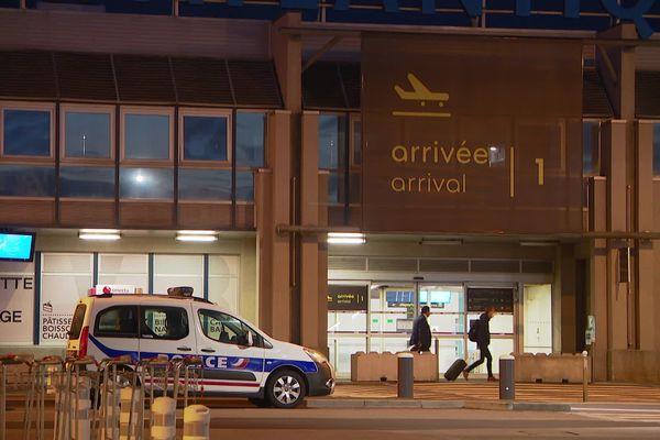 À l'aéroport de Nantes, les premiers passagers depuis le confinement ont décollé vers Lyon tôt ce lundi matin.
