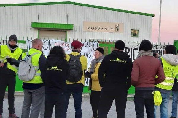 Des gilets jaunes et plusieurs collectifs bloquent le site de Monsanto à Saint-Andiol