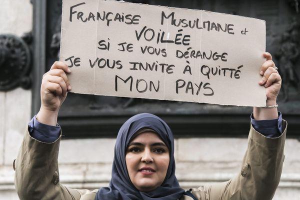 L'homme visé par une enquête avait réagi à une publication affichant cette femme présente dans un rassemblement contre l'islamophobie.
