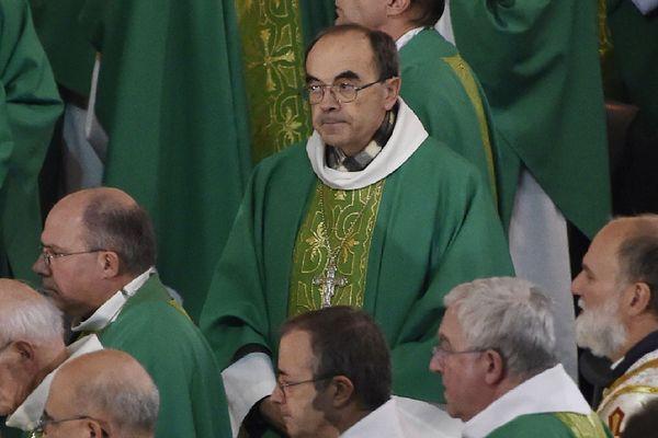 Les évêques à Lourdes en 2016, avec au centre Mgr Barbarin.