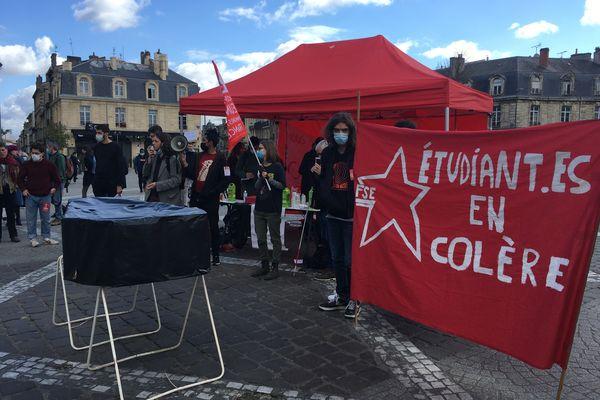Une centaine d'étudiants sont rassemblés ce mardi place de la Victoire