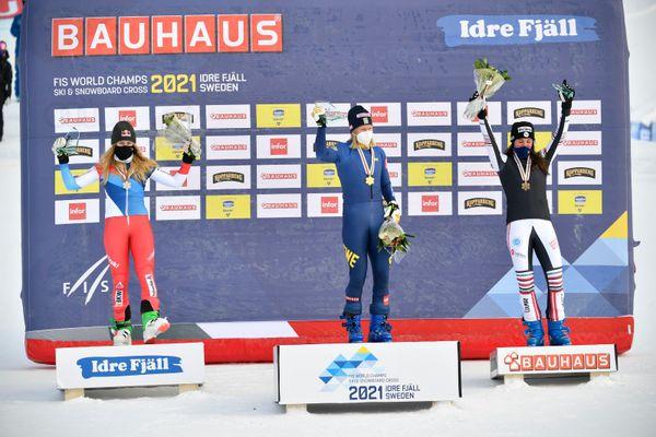 Alizée Baron (à droite) sur le podium des Mondiaux 2021 de Ski Cross à Idre Fjäll (Suède)