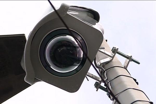 Cette caméra est mobile et peut être déplacée dans différents quartiers de la ville selon les besoins.