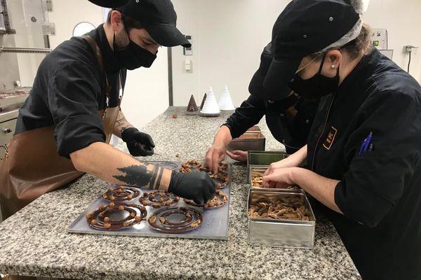 Confection des sapins de Noël à la main, façon mendiants, à la chocolaterie Lac de la Trinité.