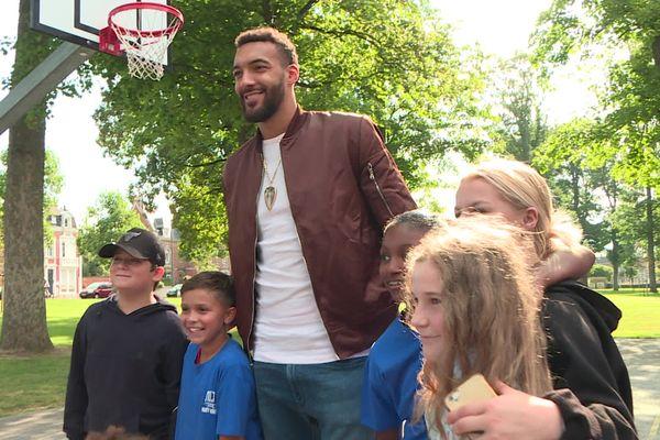 Rudy Gobert avec des apprentis basketteurs, le 5 septembre 2021 à Saint-Quentin.