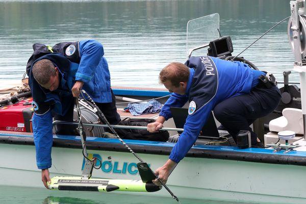 Les plongeurs et sonars ont sondé le lac d'Aiguebelette en Savoie