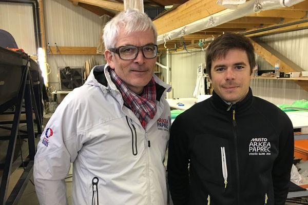 Vincent Riou et Sébastien Simon, dans l'atelier où est assemblé le futur voilier IMOCA Arkéa Paprec