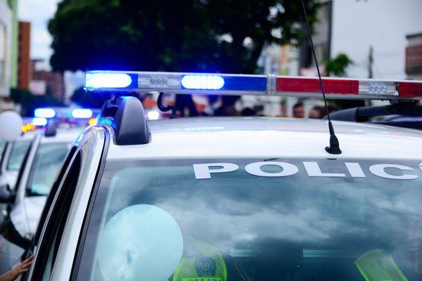 Des véhicules de police en intervention.