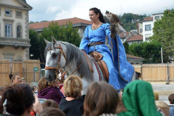 Au Puy-en-Velay, à l'intérieur de l'enceinte des fêtes du Roi de l'Oiseau, la jauge sera limitée à 5 000 spectateurs.