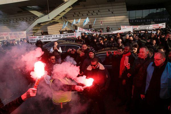 Des chauffeurs de VTC en colère lors d'une manifestation porte Maillot, le 15 décembre 2016.