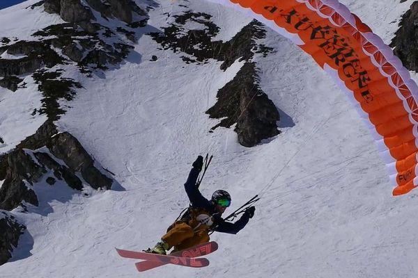 Le speed-riding allie ski hors-piste et parapente.
