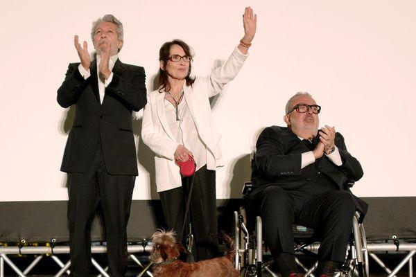 Alain Chabat, Chantal Lauby, Dominique Farrugia sur la scène du Cinéma de la plage au Festival de Cannes.