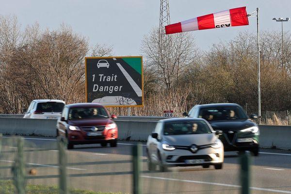 Dimanche 10 mars dans le Haut-Rhin, une manche à air indique aux automobilistes un vent violent sur l'autoroute A 35 dans la plaine d'Alsace.