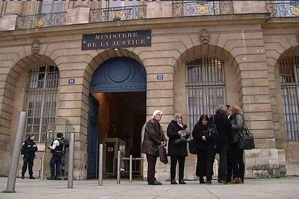 Les membres de l'association Christelle devant le ministère de la Justice, à Paris.
