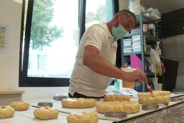 Olivier Pothin en pleins préparatifs de son pâté aux prunes