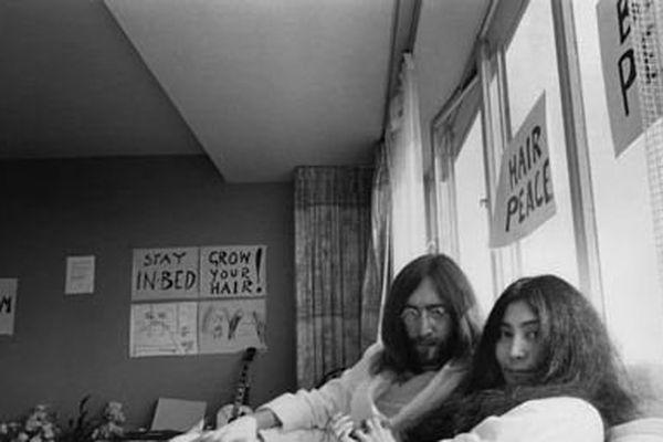 """le """"bed-in"""" de Yoko Ono et John Lennon pour la paix dans le monde"""