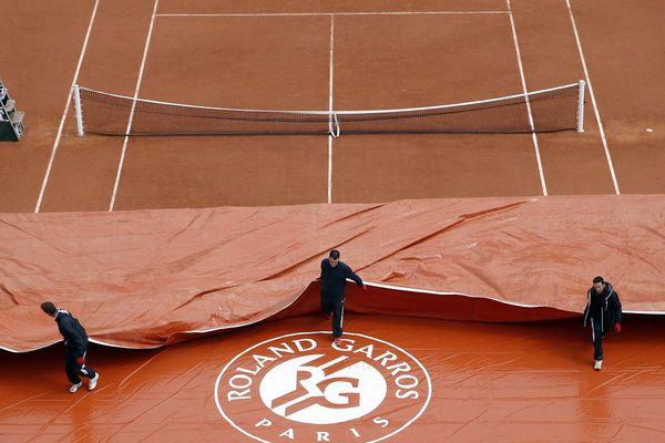 Entretien des courts de tennis à Roland-Garros