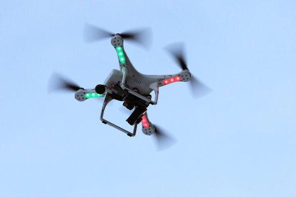 Illustration. Un drone équipé d'une caméra survole Garmisch-Partenkirchen (Allemagne), le 6 janvier 2015.
