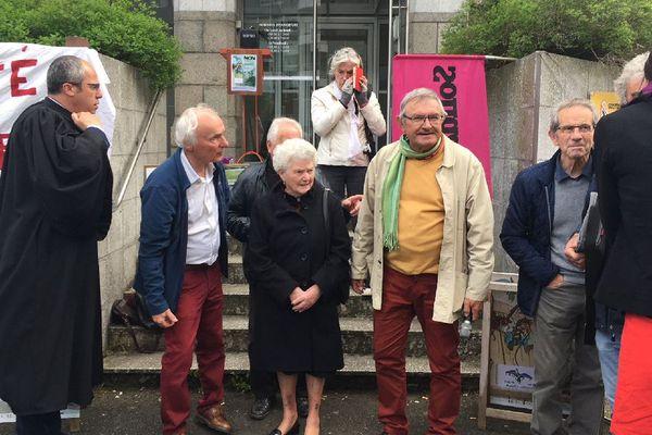 Les parents de Thierry Morfoisse, l'avocat, et les associations de soutien à la sortie de l'audience.