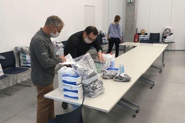 Les agents de la métropole de Rouen préparent les kits qui seront remis aux mairies