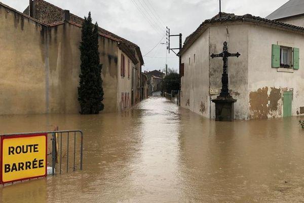 Dans le centre du village de Puichéric, l'Aude est montée à 5,30 mètres, submergeant les habitations