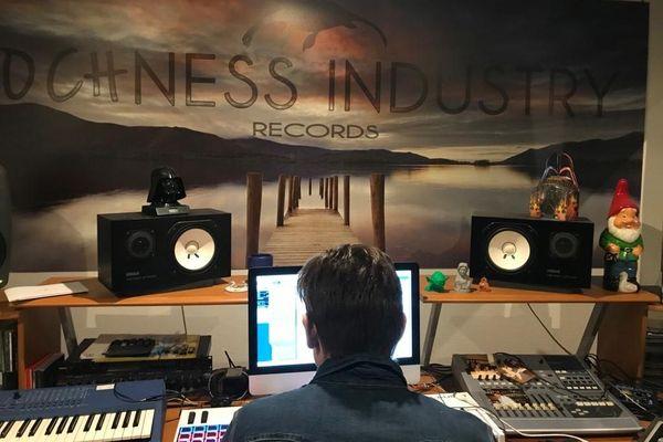 Christophe produit ses propres créations musicales.