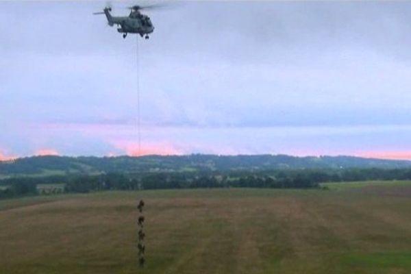 Le 4é Régiment d'hélicoptères des Forces spéciales de Pau est l'un des rares au monde a maîtrisé la technique de la grappe