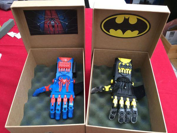 Deux modèles de prothèses adaptés aux enfants.