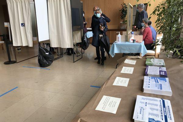 Le bureau de vote n°1 de l'Hôtel de Ville de Saint-Nazaire (44), à l'occasion du second tour des élections régionales.