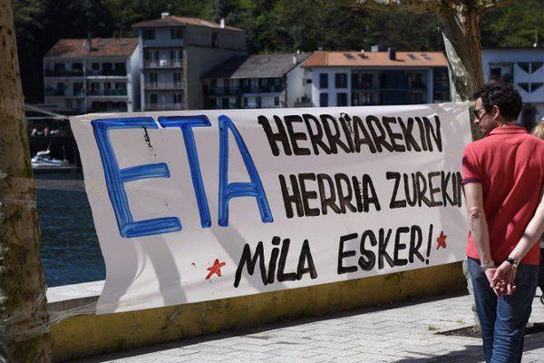 Une banderole pro ETA accrochée à Pasajes au Pays basque espagnol, après que l'organisation a remis aux autorité françaises une liste de ses caches d'armes en 2017