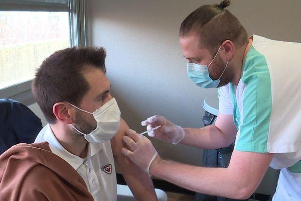 Le personnel soignant se fait vacciner au CHU de Rouen.