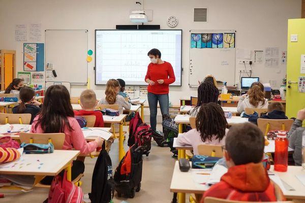 Une enseignante dans une classe de CE2, le 19 janvier 2021, à Bruyères-le-Châtel (Essonne). (MYRIAM TIRLER / HANS LUCAS / AFP)