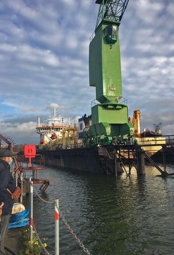 16 novembre 2020 : une drague réparée à l'intérieur du dock flottant du port de Rouen.