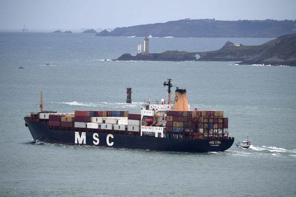 Un porte-containers quitte le port de Brest le 13 mars 2020