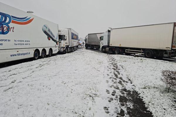 Aire de repos près de Saint-Brieuc. Les routiers sont en zone de stockage à cause des risques dus à la neige