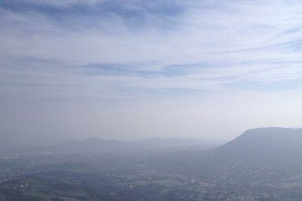 ILLUSTRATION - Pollution : vue depuis le Mont Gozzi le 16 mars 2014, la mer n'est plus visible...