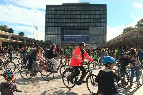 Les manifestants à vélo , plus de mille  #JeSuisUnDesDeux se sont rendus jusqu'à la mairie de Montpellier pour interpeller Philippe Saurel