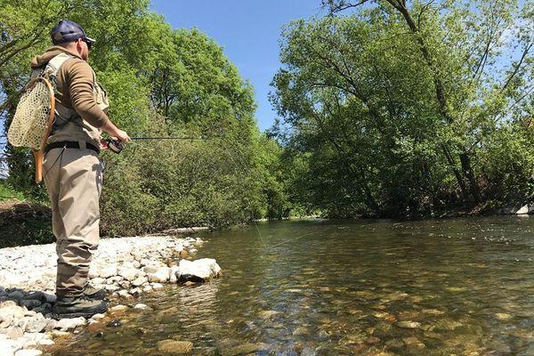 Michael Comolli, guide de pêche, en pleine action sur une rivière à truite.