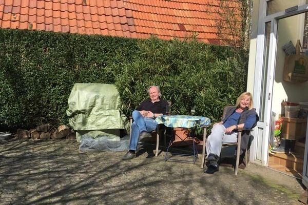 Eckhard et Gerlinde prennent le soleil devant leur maison de Schleithal (Bas-Rhin)